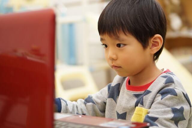パソコン授業に熱中する子供